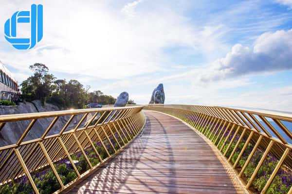 Du lịch Đà Nẵng tháng 7 check-in cầu bàn tay ấn tượng tại Bà Nà